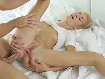 Anal sex with an 18-year-old blonde girl who delights with the semen filling her ass