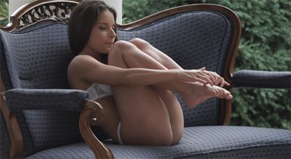 Fucking in the garden with a young girl with delicious feet