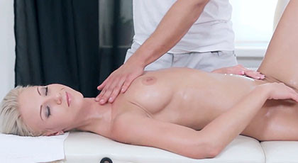 Relaxed in the masseuse gets carried away and ends up fucking