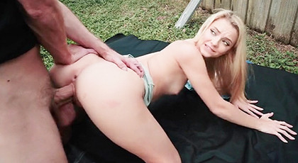 Porn in the garden with a good ass blonde