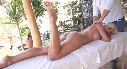 The seductive hands of the masseuse seduce a powerful blonde