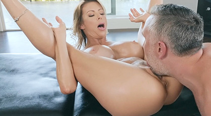 Mature goes to the masseur to be penetrated