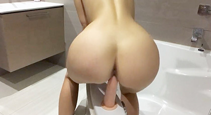 Amateur videos, she is recorded with a dildo in the bathtub