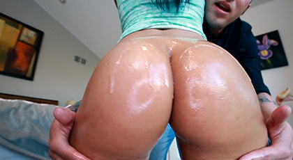 Latin girl with a big perfect ass, fucking body full of oil shakes her beautiful ass until the guy\'s balls, exploding in his face filling it with a spectacular cumshot