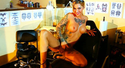 Fucking a babe with a perfect�body completely tattooed in tattoo studio
