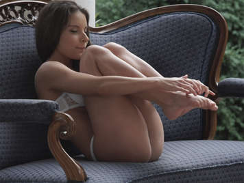 Sex in the garden with a young girl with delicious feet