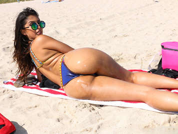 Day of beach and sex with the latina Sophia Leone