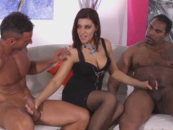 Mature Italian fucked in the ass and in the pussy in an interracial threesome