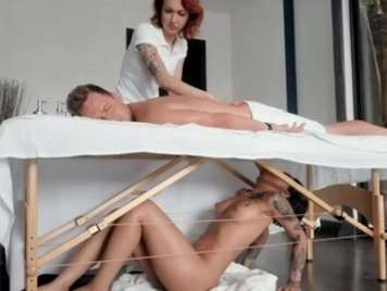 Masseuse take advantage of a client and suck his cock