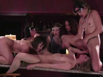 Groupsex in a spectacular lesbian bar