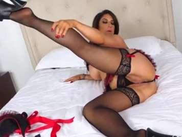 Masturbation of a mature in lingerie
