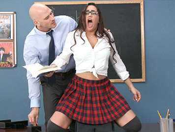 Schoolgirl with glasses experience with Orgasmatron