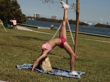 Busty blonde doing aerobic in the park makes a spectacular blowjob